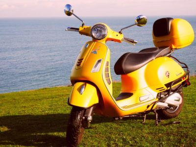 Scooters - Vespa jaune Driv'in Belle-Île