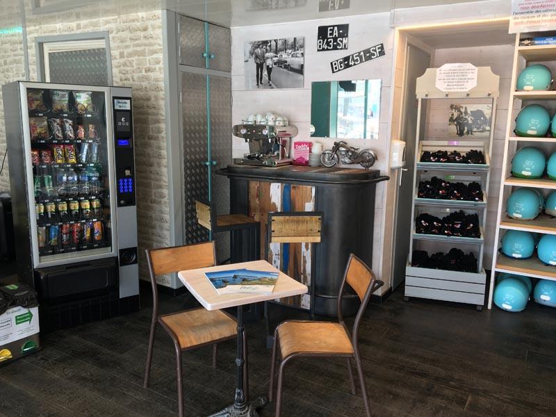 Distributeur de boissons fraiches et snacks à l'agence Driv'in Belle-Île