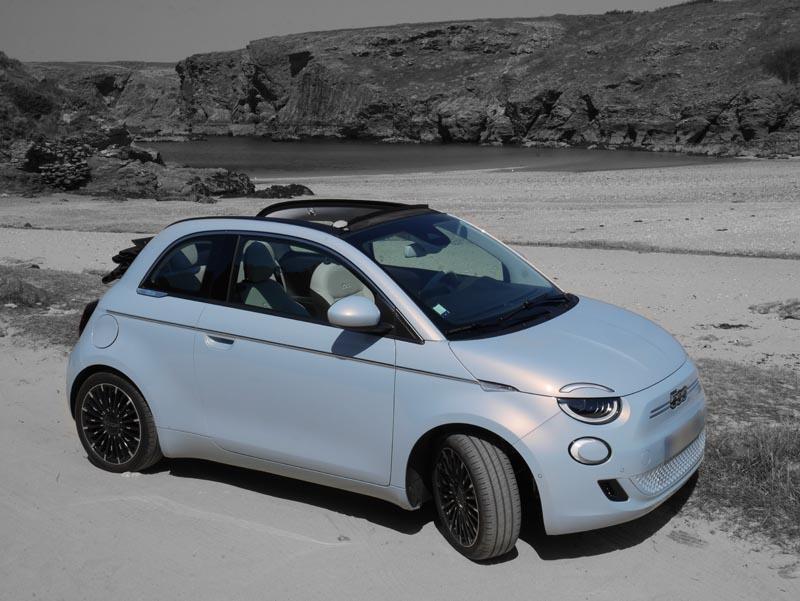 voiture Fiat 500 electrique bleu sur fond noir et blanc