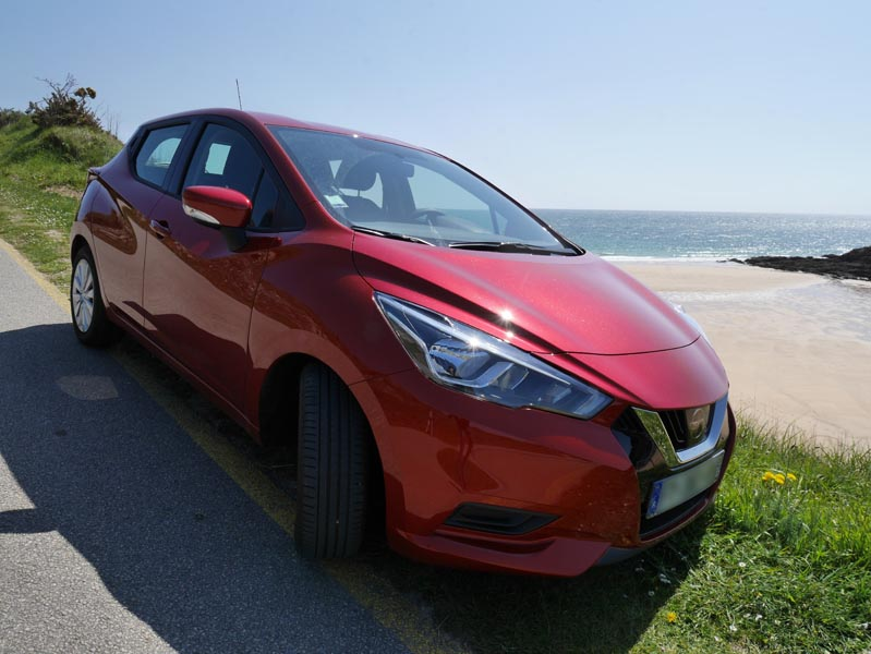 voiture Nissan Micra rouge